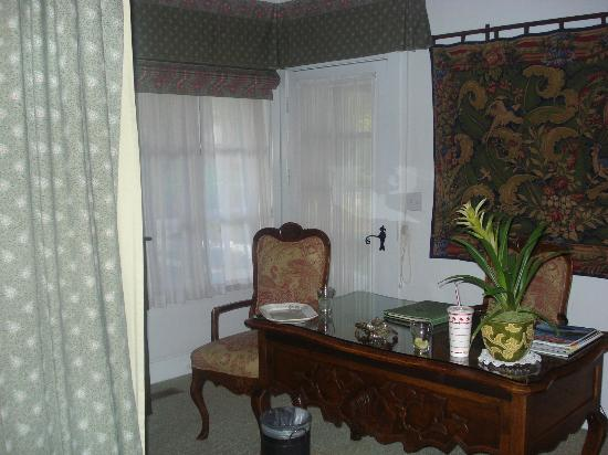 Chateau du Sureau: Room and desk