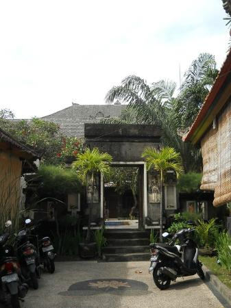 Tunjung Bali Inn: At the entrance