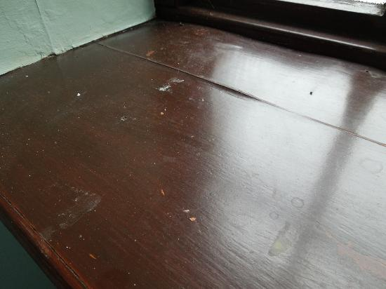 Trimstone Manor Country House Hotel: Dirt and stains on window sill.