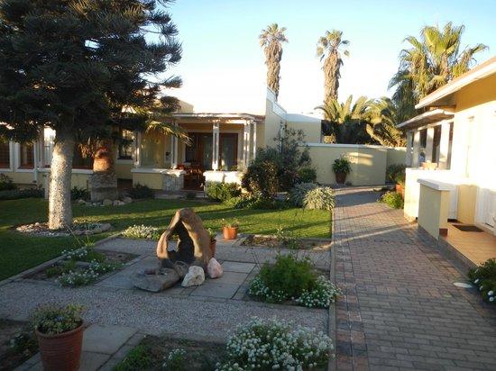 Meerkat Guesthouse:                                     Jardin et accès aux chambres