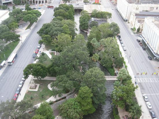 San Antonio Marriott Riverwalk: Looking down at the Riverwalk