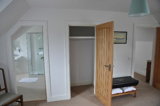 Kintail House Bed and Breakfast : Wandschrank + Bad im Twin Room