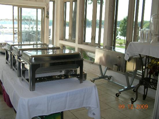 Lighthouse Lodge B&B: sunroom set up for food service for wedding
