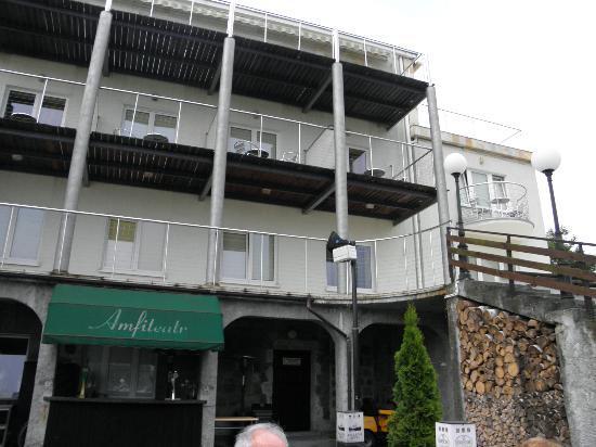Hotel Bellevue: Ansicht auf die Rückseite, Balkone (zum See)