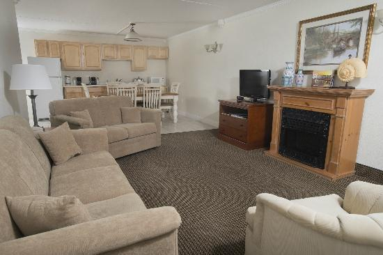 Admiral Hotel: Six Person Deluxe Suite