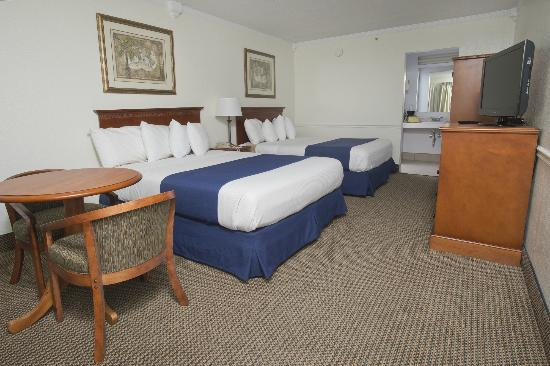 Admiral Hotel: Two Queen Size Bed Room