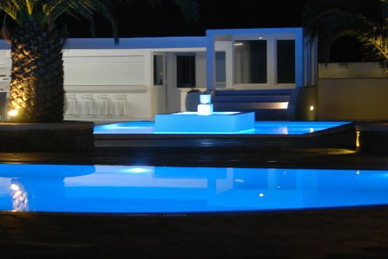 Hotel Palladium: pretty pool at night