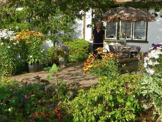 Jacquie Gordon's Bed & Breakfast : Outdoor patio in the garden