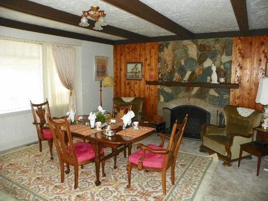 Jacquie Gordon's Bed & Breakfast : Beautiful dining room and a fire will be burning