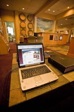 RiverPointe Napa Valley Resort: Computer Area in Lobby