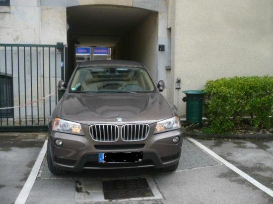 Ibis Besancon Centre Ville : Narrow parking entrance. Do becareful