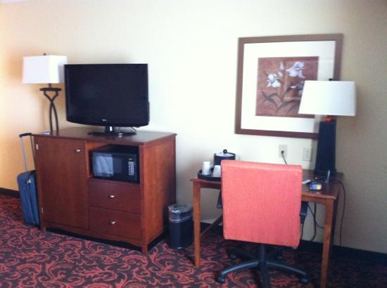 Hampton Inn Yorkville: flat screen and desk
