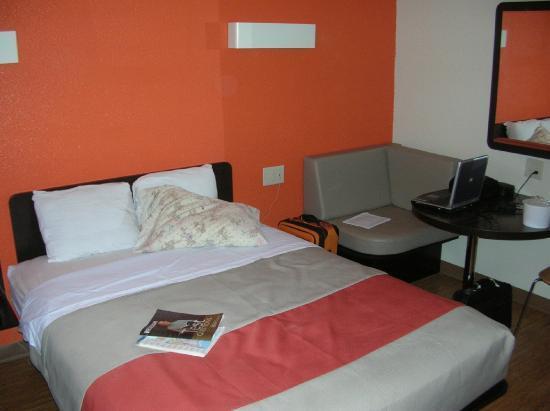 Motel 6 Terre Haute: Bed view