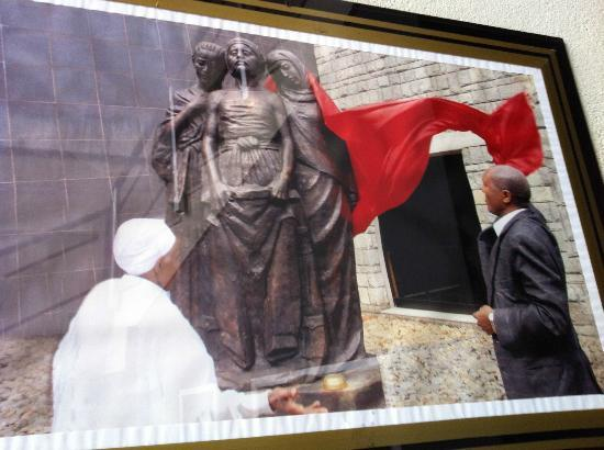 Red Terror Martyrs Memorial Museum: Statue