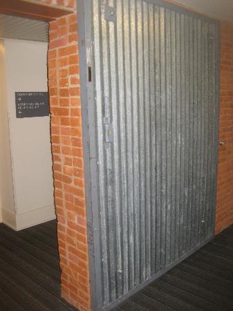 Lancaster Arts Hotel: Elevator foyer
