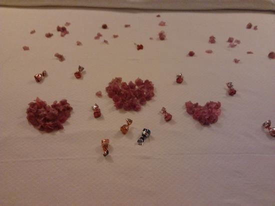 Hotel La Posada: Nuestra cama con pétalos de flores y bombones