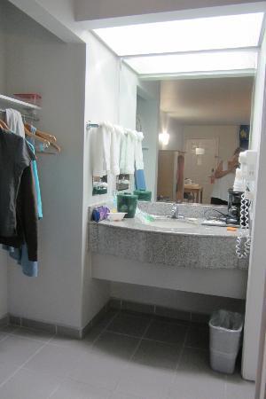 La Quinta Inn Branson on the Strip: sink and mirror