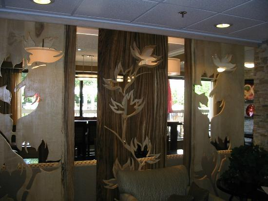 Hampton Inn Atlanta - Northlake: Beautiful wood art done by the Owner
