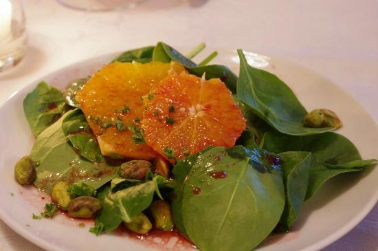 Stirling Guest Hotel: Spinach salad with orange slice and pistachios