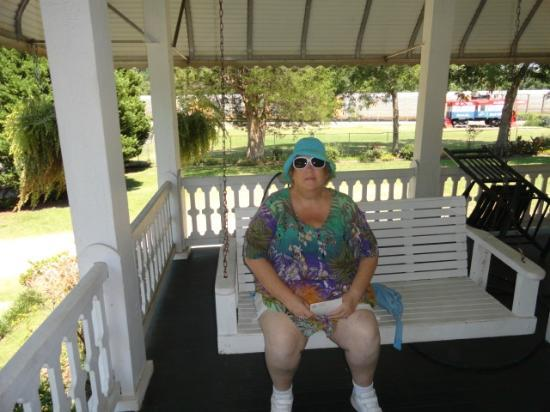 Hank Williams Boyhood Home and Museum: swing on the porch
