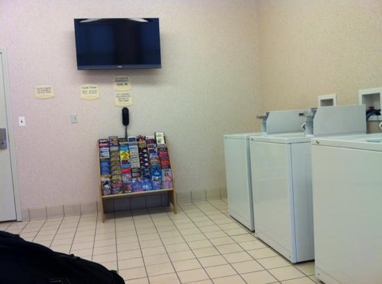 Residence Inn Springfield Old Keene Mill: laundry room! I'm sitting in the lounge chairs waiting on my laundry...