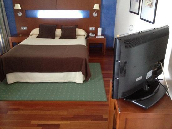Hotel America Vigo: cama matrimonio grande y TV plana.