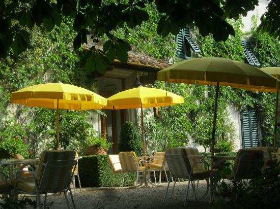Villa Le Barone: The outdoor patio near the bar