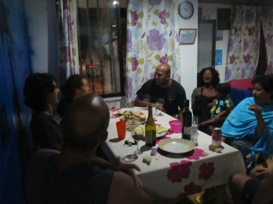 Blue Almond Hostel: Noche de quesos y vino con la gente del hostel !