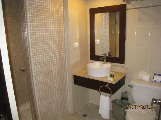 Tropical Princess Beach Resort & Spa: Bathroom #1 in a two room suite