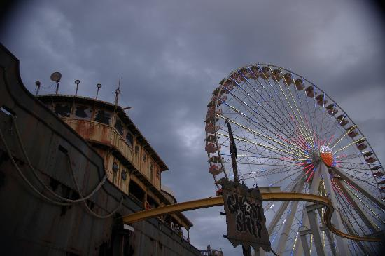 Morey's Piers and Beachfront Water Parks : Ghost Ship Haunted Walk-Through and Ferris Wheel