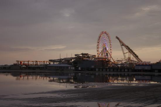 Morey's Piers and Beachfront Water Parks : Ferris Wheel and other Rides at Sunset