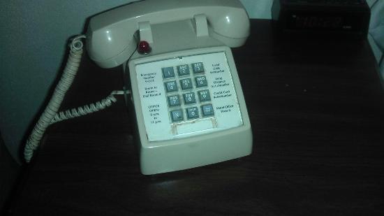 Days Inn Monett: Dirty, dirty phone. Look between the keys!