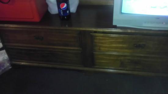 Days Inn Monett: Missing bottom drawer pulls