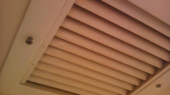 Days Inn Monett: Non working and dirty vent in bathroom