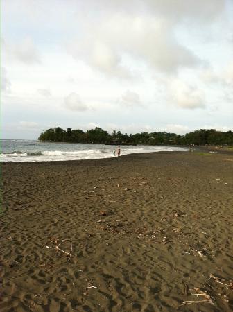 Hidden Jungle Beach House: Playa Negra looking towards Puerto Viejo