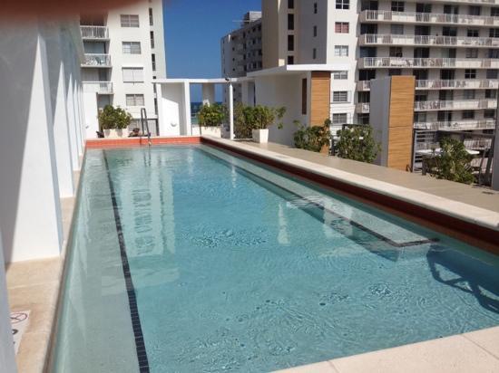 Sense Beach House: Pool auf dem Dach dahinter das Meer