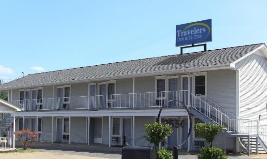 Travelers Suites: nice location