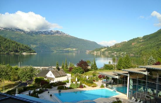 Loen, Norge: Hotel Alexandra, view of pool and Nordfjord