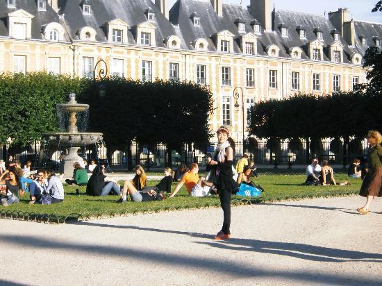 Le Pavillon de la Reine: ホテルの前のヴォージュ広場