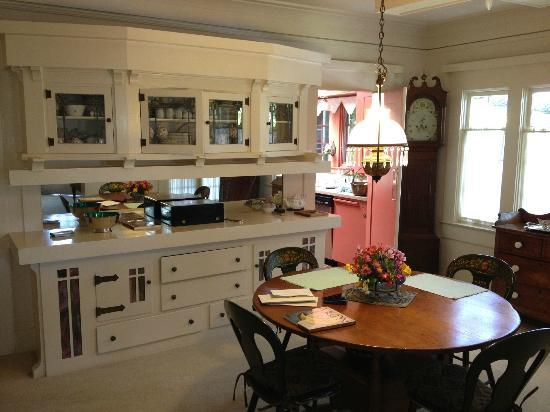 Crone's Cobblestone Cottage Bed and Breakfast : breakfast corner