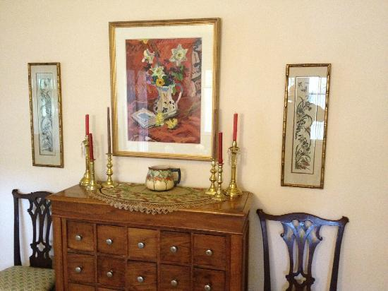 Crone's Cobblestone Cottage Bed and Breakfast : living room corner