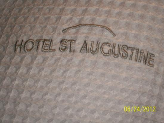 Hotel St. Augustine: Embossed bath robe