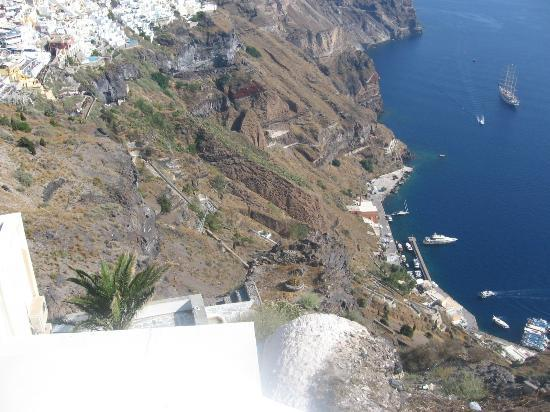 Theoxenia Boutique Hotel: The harbor below Fira