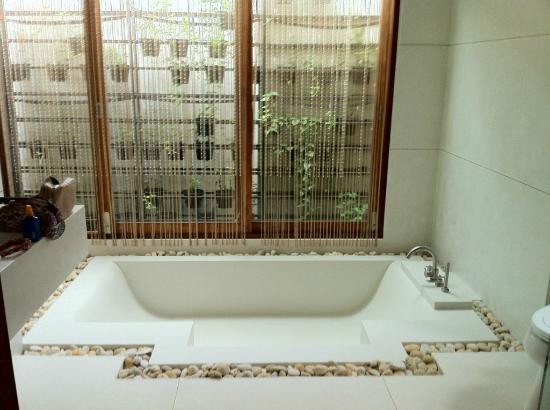 Tango Luxe Beach Villa: Luxurious bathroom