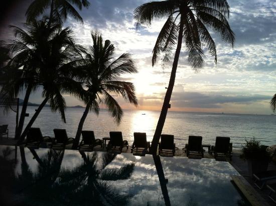 Tango Luxe Beach Villa: Lovely bar/pool with stunning sunset