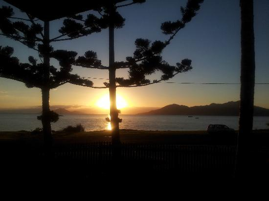 Beachcomber Motel: View of the sun rising from our lovely villa