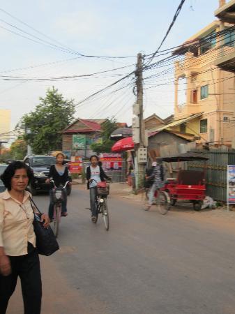 Villa Medamrei: Street in front of hotel