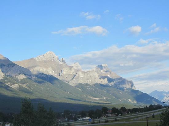 Holiday Inn Canmore: Morning View From Room