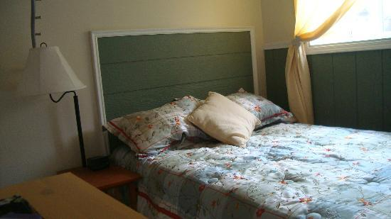 Mountain Driftwood Gallery & Lodging: Lower Suite Bedrom