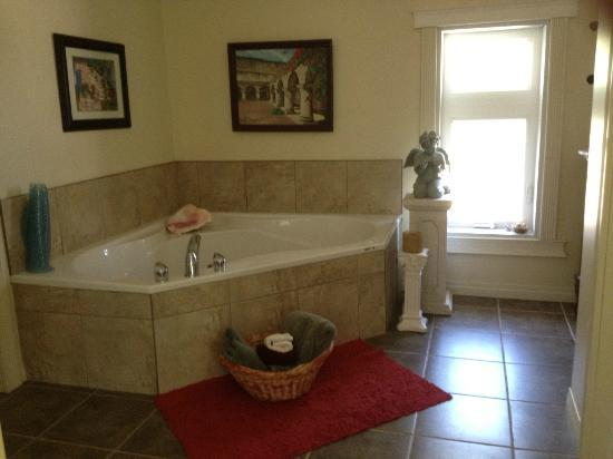 Mountain Driftwood Gallery & Lodging: Jacuzzi just off of Master/Queen Suite